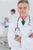 Attraktiver Doktor mit den Armen gekreuzt Stockbild