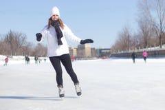 Attraktiver Eislauf der jungen Frau während des Winters Stockfotografie