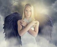 Attraktiver Engel mit schwarzen Flügeln Stockfotos