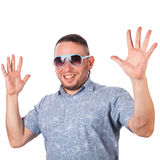 Attraktiver erwachsener Mann mit tragender Sonnenbrille des Bartes im Sommerhemd erfreute sich Lizenzfreie Stockfotografie