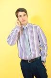 Attraktiver europäischer Geschäftsmann mit einem Mobiltelefon stockbild