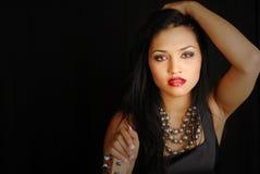 Attraktiver femaie Latino-Rockstar mit Gitarre Stockbilder