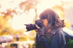 Attraktiver Fotograf der jungen Frau, der Fotos macht Stockfotos
