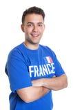 Attraktiver französischer Sportfan mit den gekreuzten Armen Stockfotos