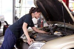 Attraktiver Frauen-Mechaniker Lizenzfreie Stockfotografie