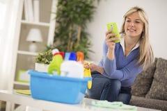 Attraktiver Frauenblick auf Handy Stockfotos