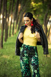 Attraktiver Frauensommer-Modeblick des schwarzen Haares stockfotografie