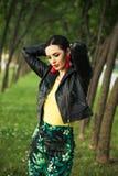 Attraktiver Frauensommer-Modeblick des schwarzen Haares stockfotos