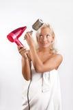 Attraktiver Frauentrockner ihr blondes Haar Lizenzfreies Stockfoto