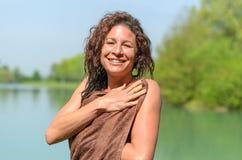 Attraktiver Frauentrockner selbst nachdem dem Schwimmen Stockbild