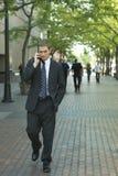 Attraktiver Geschäftsmann auf dem Handy im Stadtzentrum gelegen Lizenzfreies Stockfoto