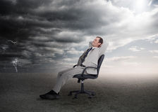 Attraktiver Geschäftsmann, der auf einem Drehstuhl sitzt Lizenzfreie Stockfotos