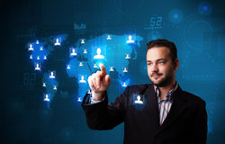 Attraktiver Geschäftsmann, der von der Karte des Sozialen Netzes wählt Lizenzfreies Stockfoto