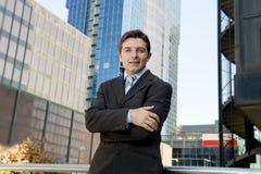 Attraktiver Geschäftsmann des Unternehmensporträts, der draußen städtische Bürogebäude steht Lizenzfreie Stockbilder