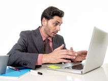 Attraktiver Geschäftsmann im Anzug und Bindung, die im Druck am offi arbeitet Stockfotos