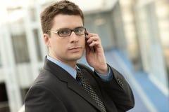Attraktiver Geschäftsmann mit Telefon Stockbild