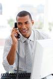 Attraktiver Geschäftsmann am Telefon Stockfotos