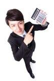 Attraktiver Geschäftsmann, der einen Taschenrechner zeigt Stockfoto