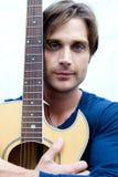 Attraktiver Gitarren-Spieler Stockfoto