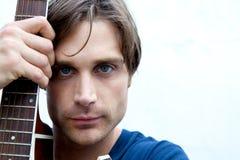 Attraktiver Gitarren-Spieler Lizenzfreie Stockfotografie