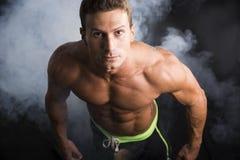 Attraktiver hemdloser muskulöser Mann gesehen von oben Lizenzfreies Stockfoto