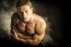 Attraktiver hemdloser muskulöser Mann gesehen von oben Stockbilder