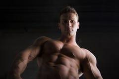 Attraktiver hemdloser muskulöser Mann von unterhalb gesehen Lizenzfreie Stockfotografie