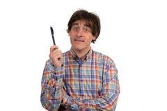 Attraktiver intelligenter Geschäftsmann, der mit dem Bleistift findet eine Lösung denkt und schreibt lizenzfreie stockbilder