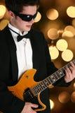 Attraktiver jugendlich Junge mit Gitarre Stockbilder