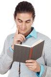 Attraktiver Junge, der ein Buch liest Stockbilder