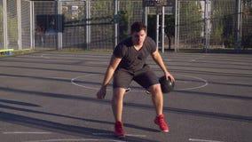 Attraktiver Junge, der mit Ball am Freilicht spielt stock video footage