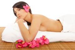 Attraktiver junge Frauen-entspannender Badekurort Stockfoto