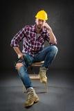 Attraktiver junger Arbeiter mit Bohrgerät lizenzfreie stockbilder
