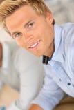 Attraktiver junger blonder Mann mit blauen Augen Stockfotos