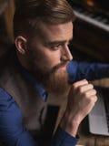 Attraktiver junger Geschäftsmann benutzt einen Laptop Stockbilder