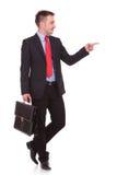Attraktiver junger Geschäftsmann, der auf etwas zeigt Lizenzfreie Stockbilder