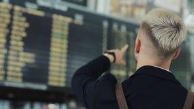 Attraktiver junger Geschäftsmann Waiting Boarding am Abfahrt-Aufenthaltsraum am Flughafen Er das Smart Watch betrachtend stock video