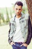 Attraktiver junger gutaussehender Mann, Baumuster der Mode im städtischen backgro stockbilder