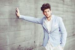 Attraktiver junger gutaussehender Mann, Modell der Mode im städtischen backgro Stockfotografie