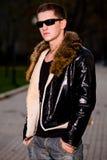 Attraktiver junger Kerl in der Winter-Lederjacke stockbilder