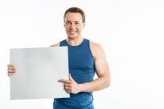 Attraktiver junger Kerl zeigt weißen Quadranten stockfoto