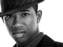 Attraktiver junger Mann in dem Pin-gestreifter Klage und Hut stockbild
