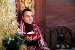 Attraktiver junger Mann in den Weihnachtsdekorationen Weihnachten Neues Jahr Stockfotografie