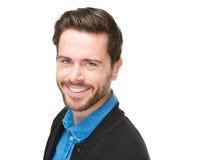 Attraktiver junger Mann, der auf lokalisiertem weißem Hintergrund lächelt Lizenzfreie Stockfotos