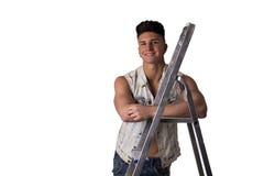 Attraktiver junger Mann, der auf Metallleiter sich lehnt Stockfotos
