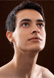 Attraktiver junger Mann, der aufwärts versessen schaut Stockfotografie