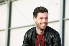 Attraktiver junger Mann, der draußen lächelt Stockfotos