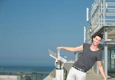 Attraktiver junger Mann, der draußen lacht Stockbilder