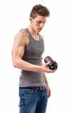 Attraktiver junger Mann, der Proteindrinkflasche hält lizenzfreie stockfotos