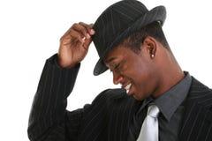 Attraktiver junger Mann, der seinen Hut spitzt Stockfotografie